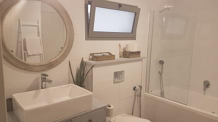 חדר אמבטיה גדול ומפנק בעין זיוון