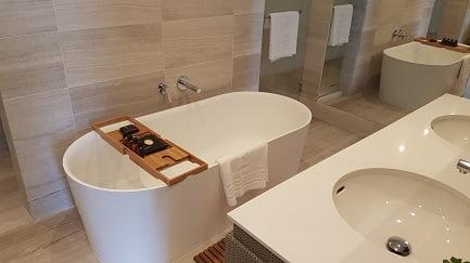 דן אכדיה - חדר אמבטיה