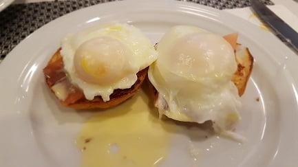 אילת - ארוחת בוקר ביצים עלומות וסלמון על בריוש במלון סוליי