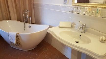 חדר אמבטיה מלון פסטורל כפר בלום