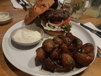 המבורגר עם קרעי תפוחי אדמה מעולים. ג'ק-לין