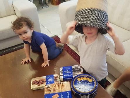 אדם ותיאו טועמים עוגיות צ'וקטה