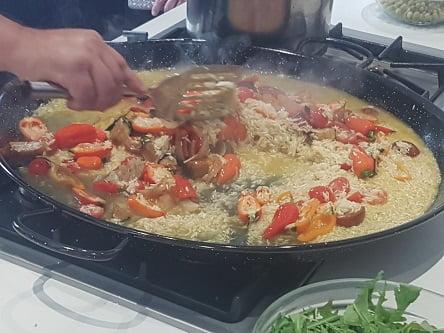 מוסיפים ציר מרק לפאייה עם טונה סטארקיסט