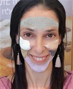 מיכל לוין -צילום עצמי עם מסכת חימר