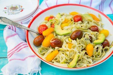 פסטה אבוקדו ועגבניות שרי אבוקדו גרנות (צילום: הדס ניצן)
