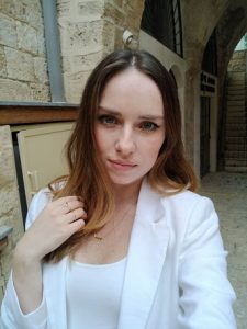 """דינה אהרוני- צורפת ומעצבת תכשיטים (צילום: יח""""צ)"""