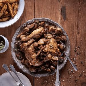 תבשיל כרעיים ברוטב פטריות, ערמונים ובצלצלי שאלוט (צילום - אנטולי מיכאלו)