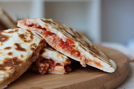 מתכון – קסדייה עם ממרח עגבניות וגבינת מוצרלה מעושנת