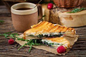 טוסט גבינה עם ממרח זעתר (צילום: FREEPIK)