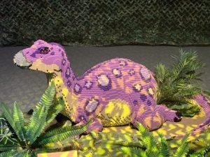 הדינוזאור הסגול בתערוכת הלגו (צילום: לירון מילוא)