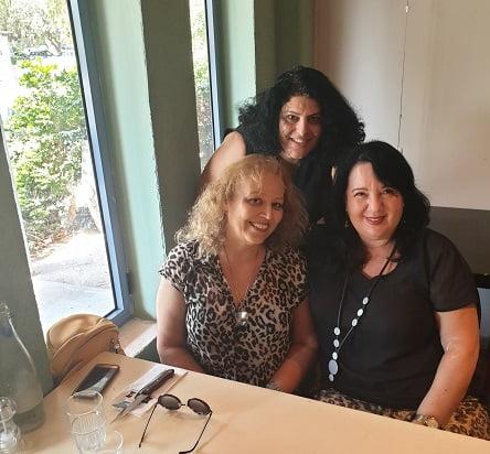 שלוש חברות במסעדת טנדוקה