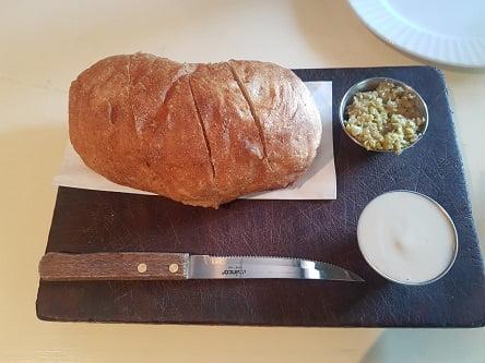 טנדוקה - לחם עם מטבל טחינה וטפנד