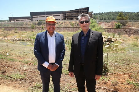 """מימין לשמאל ראש העיר כרמיאל משה קונינסקי וצורי דבוש יו""""ר קליל (צילום: מורג ביטן)"""