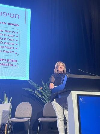 """ד'ר פאני בר לוי בכנס איגוד הפלסטיקאים של ישראל 2021 (צילום יח""""צ)"""