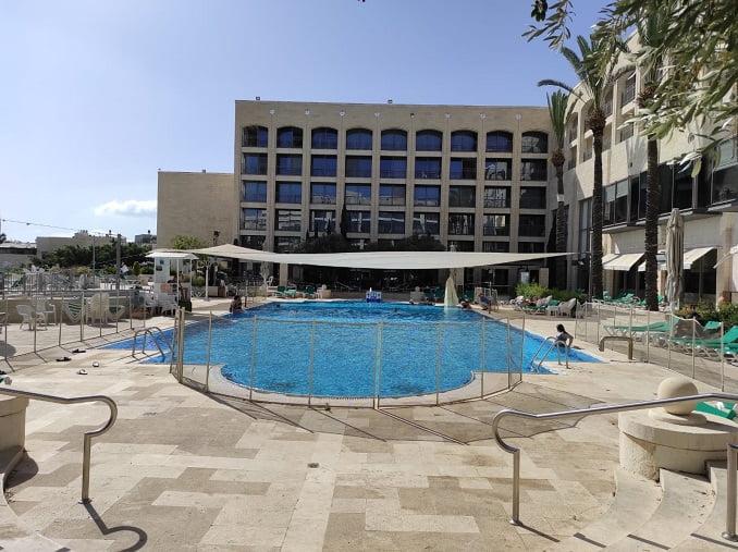 הבריכה במלון גולדן קראון , הר הקפיצה, נצרת