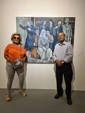 האומן עבד עבאדי עם סימונה ארד. ברקע ציורו - פליטים ממתינים לשיבה