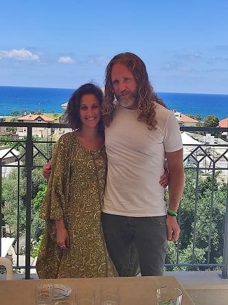 אופיר לוויט ובעלה מארחים במרפסת