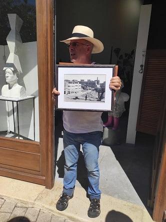 האומן דן רייזנר בפתח הגלריה שלו